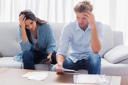 Мужчина и девушка смотрят документы