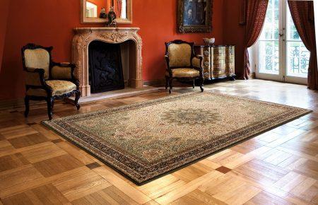 Интерьер гостиной в английском стиле с камином и ковром