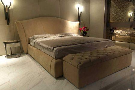 Прикроватный пуф в спальне