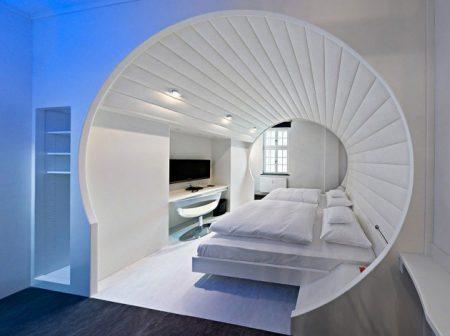 Спальня в виде камеры для сна в космическом корабле