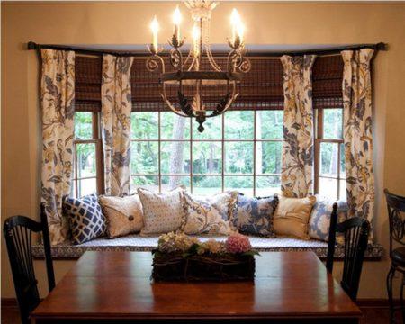 Гостиная в английском стиле с большим окном