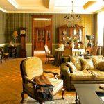 Большая гостиная в золотистой гамме