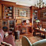 Классический интерьер гостиной с использованием узора клетки