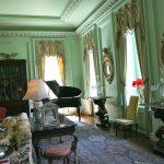 Светлая английская комната с оттенками зеленого и синего цветов