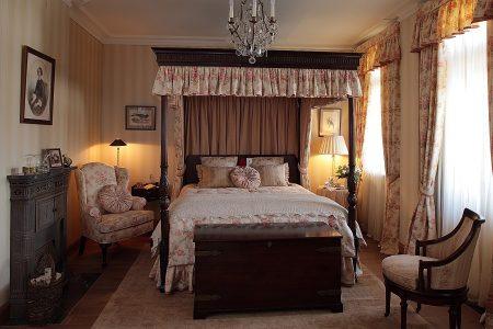 Спальня с камином в английском стиле