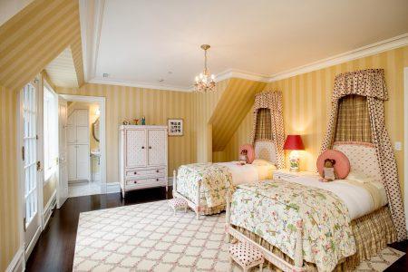 Спальня в английском стиле с белым потолком