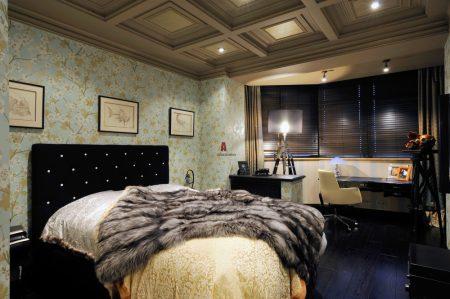 Спальня в английском стиле с деревянным потолком